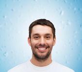 Retrato de joven guapo sonriendo — Foto de Stock