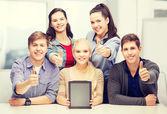 空白のタブレット pc の画面を持つ学生の笑みを浮かべてください。 — ストック写真