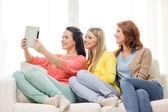 3 つのタブレット pc を自宅で 10 代の少女の笑顔 — ストック写真