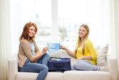 Two smiling teenage girls with plane tickets — Stockfoto