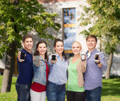 Studenten, die leere smartphones bildschirme anzeigen — Stockfoto