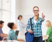 学生用手提电脑袋现身竖起大拇指 — 图库照片