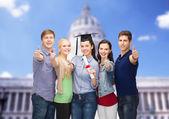 親指を現してディプロマと学生のグループ — ストック写真