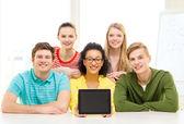 微笑的学生显示 tablet pc 空白屏幕 — 图库照片