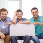 Erkek arkadaşlar beyaz boş tahta tutan gülümseyerek — Stok fotoğraf #47227239