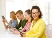 微笑与 tablet pc,在学校的女学生 — 图库照片