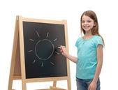 šťastná holčička s slunce na tabuli — Stock fotografie