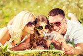 Glückliche familie mit kamera aufnahme bild — Stockfoto