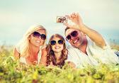 Familia feliz con toma de imagen de cámara — Foto de Stock
