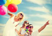 Familia con globos de colores — Foto de Stock