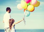 Pai e filha com balões coloridos — Fotografia Stock