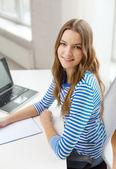 Ler tonårsflicka bärbar dator och bärbara — Stockfoto