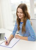 Sonriendo portátil y ordenador portátil adolescente — Foto de Stock