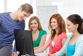 Grupp leende studenter diskussion — Stockfoto