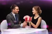 Hombre sonriente dando un ramo de flores a la mujer — Foto de Stock