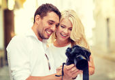 Lächelnd paar mit fotokamera — Stockfoto