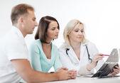 Doktor s pacienty, při pohledu na x-ray — Stock fotografie