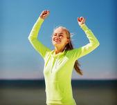 Kvinna löpare firar seger — Stockfoto