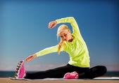 Kvinnan gör sport utomhus — Stockfoto