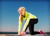 Kobieta robi sport na świeżym powietrzu — Zdjęcie stockowe