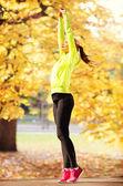 Kvinnan gör yoga utomhus — Stockfoto