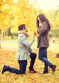 Man proposing to a woman in the autumn park — Stockfoto
