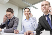 Team di business con smartphone conversazione — Foto Stock