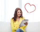 Uśmiechający się z komputera typu tablet pc w domu — Zdjęcie stockowe
