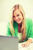 Imprenditrice con portatile in ufficio — Foto Stock