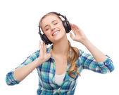 Young woman listening to music in headphones — Stock Photo