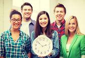 Grupo de alunos da escola com relógio — Foto Stock
