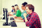 Student med datorn studera i skolan — Stockfoto
