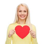 Femme souriante avec coeur rouge — Photo