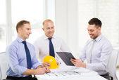 Happy team von architekten und designern im büro — Stockfoto