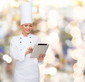 Smiling female chef with tablet pc computer — 图库照片