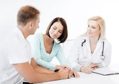 Doctor with patients in cabinet — Stockfoto