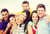 Gruppe von freunden, die spaß am strand — Stockfoto
