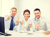 Business team daumen im büro aufzutauchen — Stockfoto