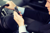 Muž pomocí telefonu za jízdy auto — Stock fotografie