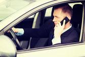 Hombre usando el teléfono mientras conduce el auto — Foto de Stock