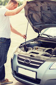 Man opening car bonnet — Stock Photo