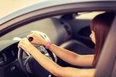Mujer feliz conduciendo un coche — Foto de Stock