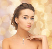 Woman wearing shiny diamond pendant — Foto Stock