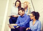 階段の上に座ってタブレット pc コンピューターとチームします。 — ストック写真