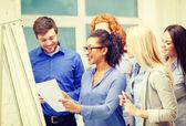 Lachende bedrijf team met discussie in kantoor — Stockfoto