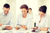 Verksamhet team arbetar med tablet pc i office — Stockfoto