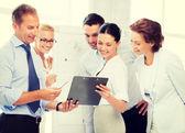 Équipe des activités discuté d'un sujet au bureau — Photo