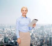 Usmívající se žena při pohledu na počítači Tablet Pc — Stock fotografie