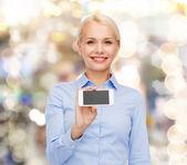 улыбается бизнесвумен с пустой экран смартфона — Стоковое фото