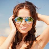 Mujer con gafas de sol — Foto de Stock